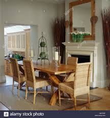 Hohen Korbstühle Und Einfachen Holztisch In Blass Grau