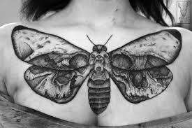 татуировка на груди девушки черной тушью мотылек фото рисунки