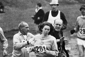 Kathrine Switzer, la prima donna alla maratona di Boston: prima si finse  uomo poi corse col rossetto