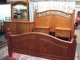 Image 1 : BROYHILL Continental Tapestry Pine Bedroom Set: ...