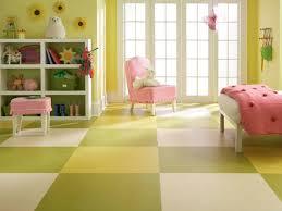 Superb Kinderzimmer Ideen Boden Gelbe Wandfarbe