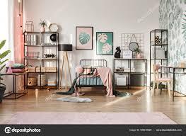 Rosa Dekorationen Im Botanischen Schlafzimmer Stockfoto