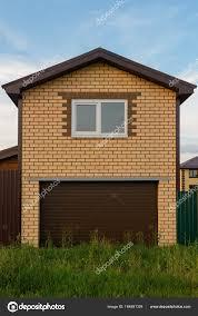 Zweigeschossige Ziegel Garage Mit Einem Fenster In Den Sommerabend