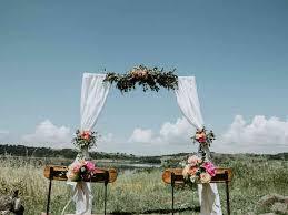 Questa deliziosa decorazione floreale realizzata nei toni del bianco, misura circa 20 x 10 x 7 cm. Decorazioni Floreali Per Il Matrimonio La Guida Completa Per Conoscerle Tutte