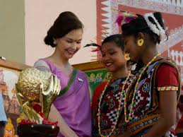 hollywood actress ashley judd received the kiss humanitarian award for 2016