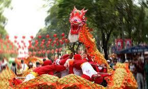 Sebuah tarian dinamis penuh keseimbangan dengan suasana keagamaan. Tarian Barongsai Singa Dan Naga Di Vietnam