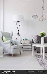 Lichte Woonkamer Met Een Witte Leunstoel En Lamp Stockfoto