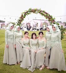 Selain itu, acara pernikahan juga menjadi ajang silaturahmi bersama keluarga besar dan juga handai taulan. 19 Seragam Bridesmaids Terbaik Yang Bisa Ditiru Elegan Banget