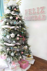 I love this mid century modern Christmas tree! The white and pink theme is  so