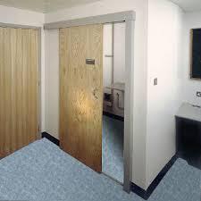 Двери для туалета и ванной Можно конечно устранить щели исправить работу ручки и замка двери но все же лучше использовать специальную конструкцию дверей изготовленных с учетом