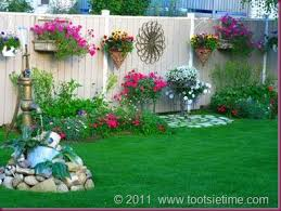 decorating a garden fence, love this idea very much! wall art, birdhouses,