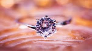 Tafsir Mimpi Memakai Berlian Kecil