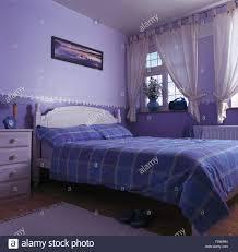 Weißen Voile Vorhänge Am Fenster über Weiß Lackierte Bett Mit Blauen