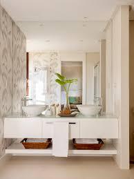 Un Baño En Suite Con Mueble Bajolavabo Volado Y Dos Lavamanos. Lavamanos  Doble.
