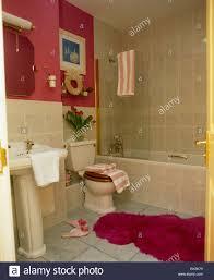 Flauschige Rote Badematte Stock Des Roten Badezimmer Mit