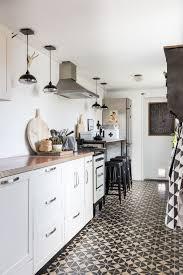 Küche in Schlauchform mit Barhockern und Bodenbelag als Eyecatcher