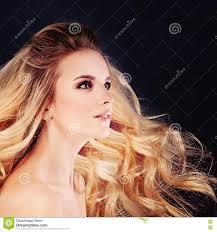 Leuke Vrouw Met Windy Hair Blonde Krullend Kapsel Stock Afbeelding