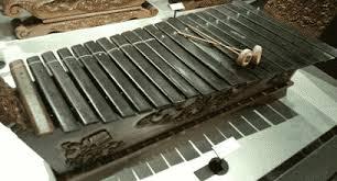 Menurut bahasa jawa kata gamelan berasal dari kata gamel yang berarti memukul atau menabuh, sedangkan imbuhan an merupakan bentuk kata benda. Alat Musik Gamelan Sejarah Pengertian Macam Jenisnya