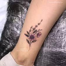 фото небольшой женской татуировки на ноге в стиле графика дотворк
