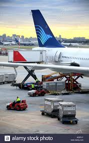 Garuda Indonesia a getto di passeggeri e di trasporto aereo di merci  contenitori cargo presso il deposito maitenance a Sydney Foto stock - Alamy
