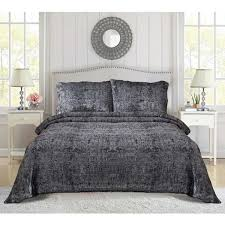 black bedspread with two pillow cases