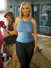 Cougar XXX Hot older Cougar in Leggings posing her sexy Curves.