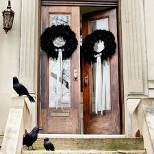 front door decor33 Amazingly creative Halloween front door decorating ideas