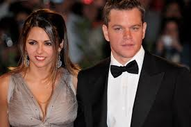 Olbia, Matt Damon arriva all'aeroporto con moglie e figlie