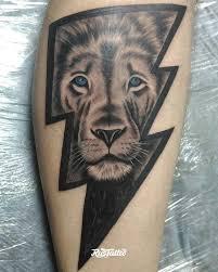 фото татуировки лев в стиле черно белые татуировки на икре