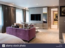 Lila Sofa Von Flachbildschirm Fernseher Im Schlafzimmer Stockfoto