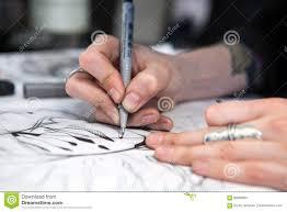 художник татуировки девушки рисует эскиз близкие руки вверх стоковое