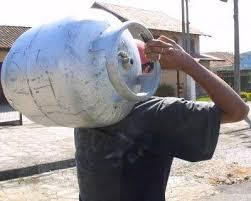 Resultado de imagem para botijão gas nas costas