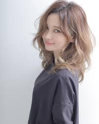 髪型はセミロングがおすすめ可愛らしく女性らしい雰囲気を作ろう