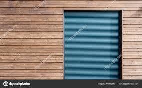 Moderne Hölzerne Abstellgleis Mit Aluminium Fensterläden Stockfoto