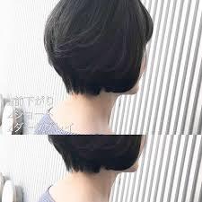 暗めグレイの前下がりショートの髪型 Stylistd
