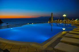 Night time at the Infinity Pool Foto van LaVista Boutique Hotel