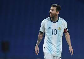 """مهاجم الأرجنتين """"يتجرأ"""" على ميسي بطلب غريب خلال مباراة الإكوادور"""