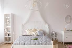 Weißes Schlafzimmer Mit Himmelbett Bücherregal Und Kommode