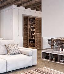 diseño de interiores con acentos rústicos y terráneos
