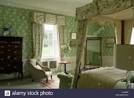 Schlafzimmer Mit Bett Schlafzimmereinrichtungen Und Grün Gemusterte