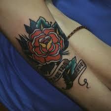 роза на запястье девушки тату в стиле олд скул фото рисунки эскизы