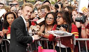 Tom felton is teaching emma watson how to play the guitar in pajamas, and posted a picture of the lesson on instagram. Tom Felton Didn T Crush On Emma Watson But Is Rap Music A Different Love Story Poll Ministry Of Gossip Los Angeles Times