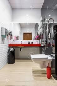 Modernes Badezimmer In Schwarz Weiß Mit Wc Roter Arbeitsplatte Und