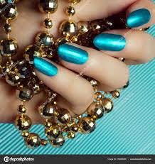 Krásné ženské Ruce Modré Nehty Nebo Tyrkysové Nehty Drží Zlatý