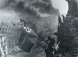 День Победы мая История и особенности праздника в проекте  Водружение флага над Рейхстагом