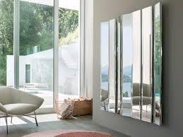 Kleinere spiegel lockern große wandflächen auf und über dem sofa oder der kommode ist ein einzelner spiegel eine wunderbare. Spiegel Im Wohnzimmer Modelle Und Schone Ideen Fur Die Einrichtung