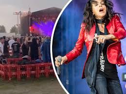 Auf einem konzert im märz 2015 soll nena angeblich einen fotografen gegen die brust getreten haben, der unerlaubt bilder machte. Dfnimpfpx85g5m
