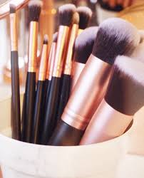 brushes which pretty much conn all the essential brushes you would need for contour powder etc apart from a fan brush which is missing that would