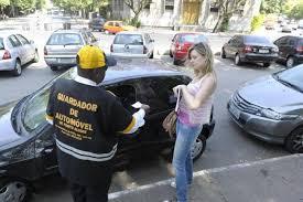 Resultado de imagem para fotos de guardador de carro em estacionamento