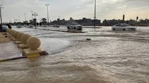 رئيس بلدية الأفلاج: السيول كانت مفاجئة.. ومزارعون سبب إغلاق الطرقات